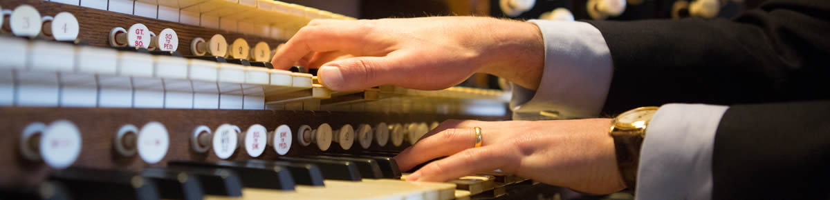 robert sharpe organist, hands on keyboard